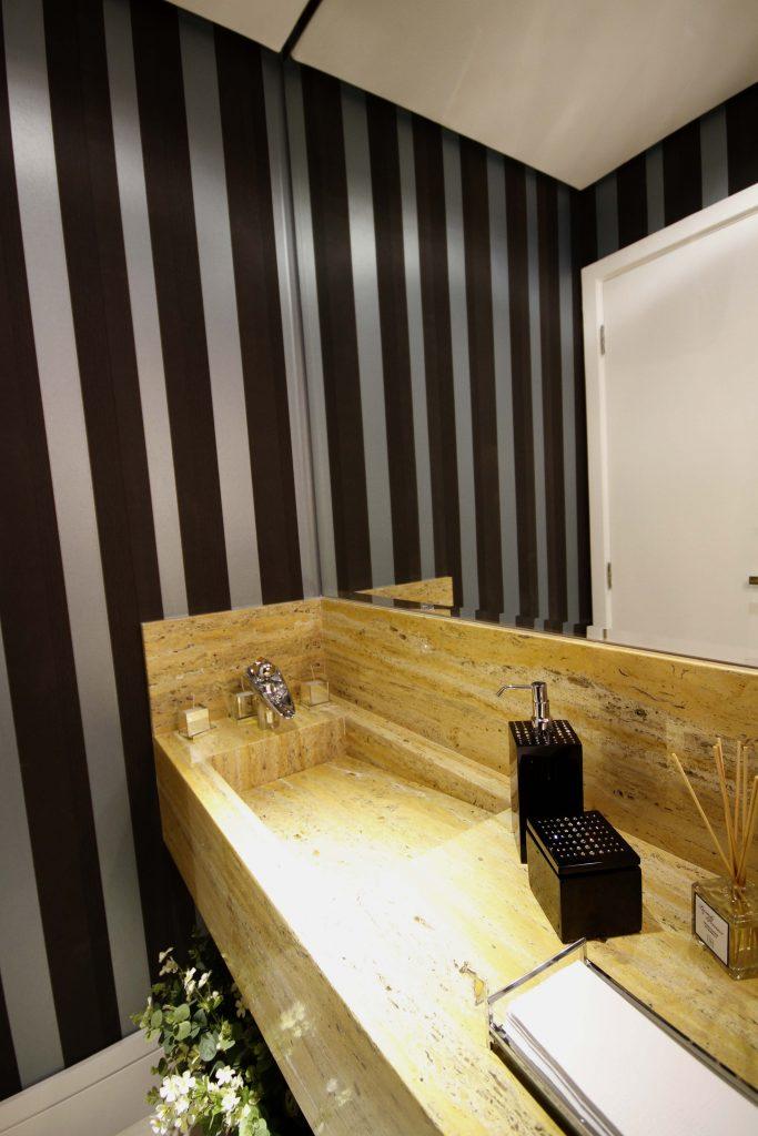 Pia esculpida em mármore espanhol no lavabo